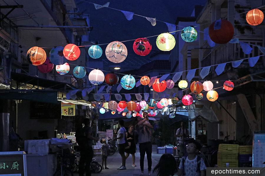 由大澳非茂里主辦的「大澳月滿月高慶佳燈會」將於中秋節前夕舉辦,300個創意燈籠已陸續在大澳街頭沿途亮起。(陳仲明/大紀元)