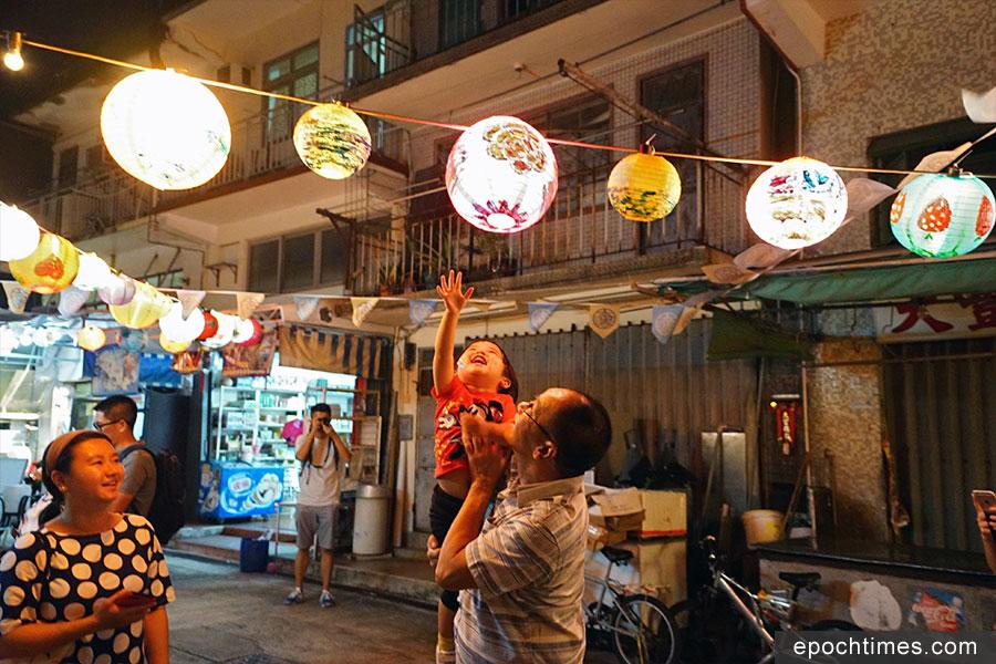 由大澳非茂里主辦的「大澳月滿月高慶佳燈會」將於中秋節前夕舉辦,300個創意燈籠已陸續在大澳街頭沿途亮起。(曾蓮/大紀元)