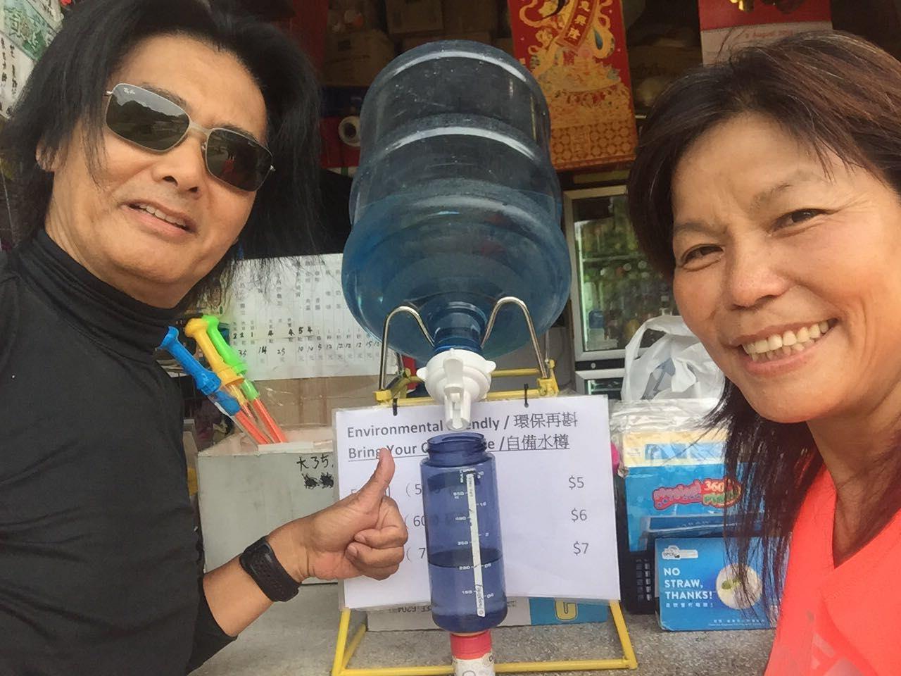 發哥(周潤發)也帶上水樽支持蓮姐的環保行動。( 大帽山茶水亭FB)