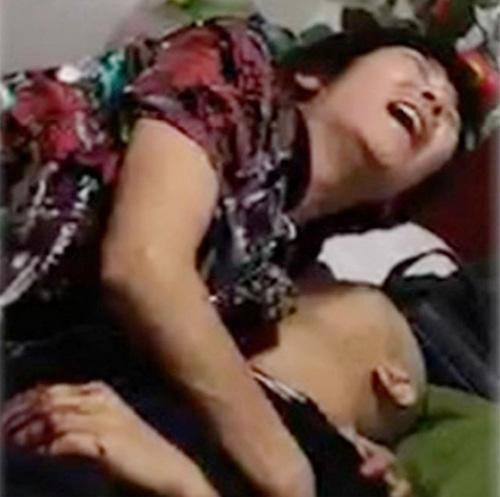 P2P網貸平台再添冤魂。一名男性金融難民割腕自殺,妻子抱夫痛哭。(影片截圖)