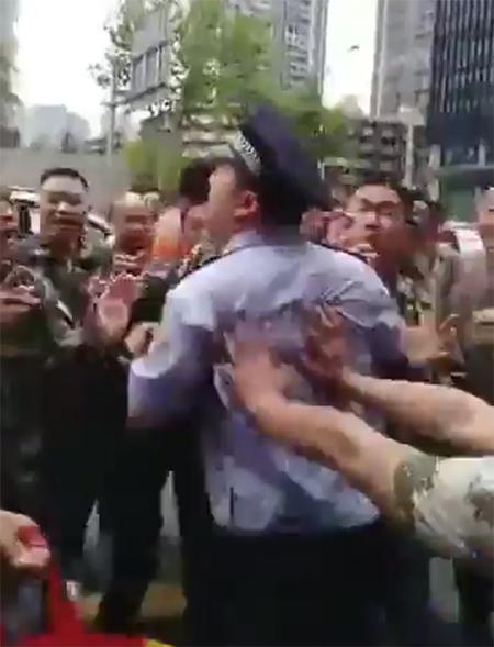 憤怒的四川老兵與警察發生推撞。(影片截圖)