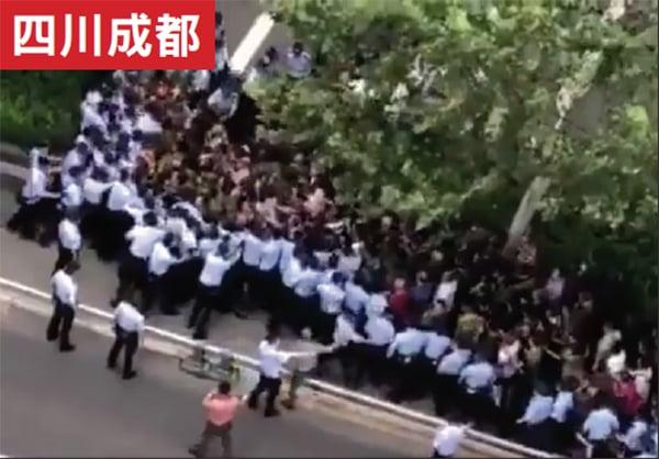 9月10日,上千四川維權老兵前往省政府維權,期間,雙方發生暴力衝突,警方動用辣椒水鎮壓老兵。(影片截圖)