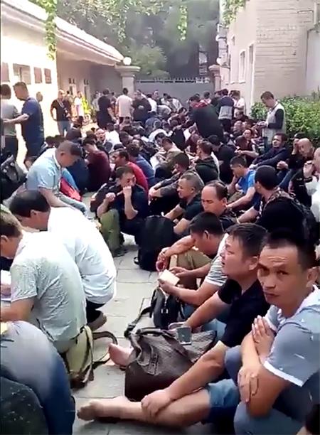 9月10日,北京中央軍委信訪大院前聚集了數千名維權的退役老兵。(影片截圖)