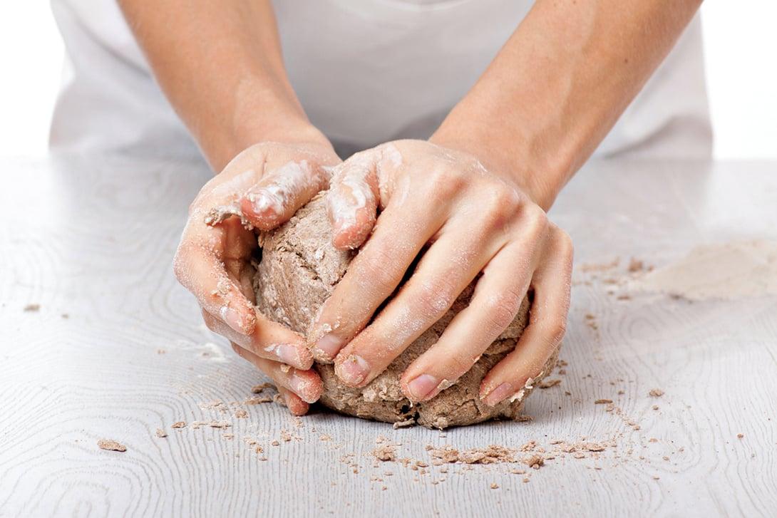 份量不多時,可選擇自己手揉麵團。