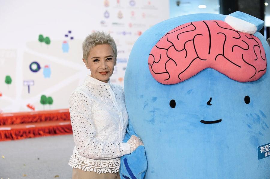 葉德嫻呼籲關懷腦退化患者 稱練瑜伽倒立預防腦退化