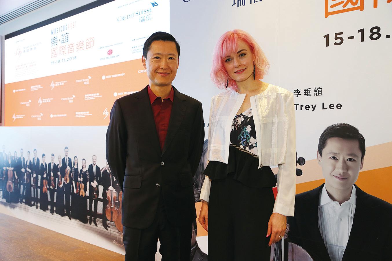 陳明恩(右)與大提琴家李垂誼(左)合照。(陳仲明/大紀元)