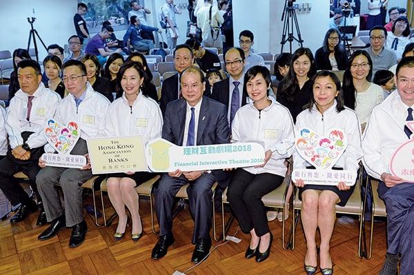 香港銀行公會與香港小童群益會12日啟動「理財互動劇場2018」。政務司司長張建宗出席活動時指,在港經營的虛擬銀行,最快年底至明年首季可發牌。(宋碧龍/大紀元)