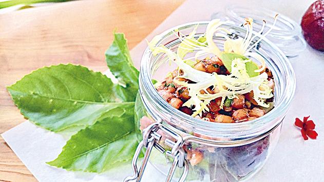 李子調製的油醋醬,拌入生菜水果與薏仁中食用,果香味十足。