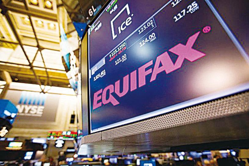 Equifax網站去年被黑客侵入,造成1.43億美國客戶個資恐外洩。(Getty Images)
