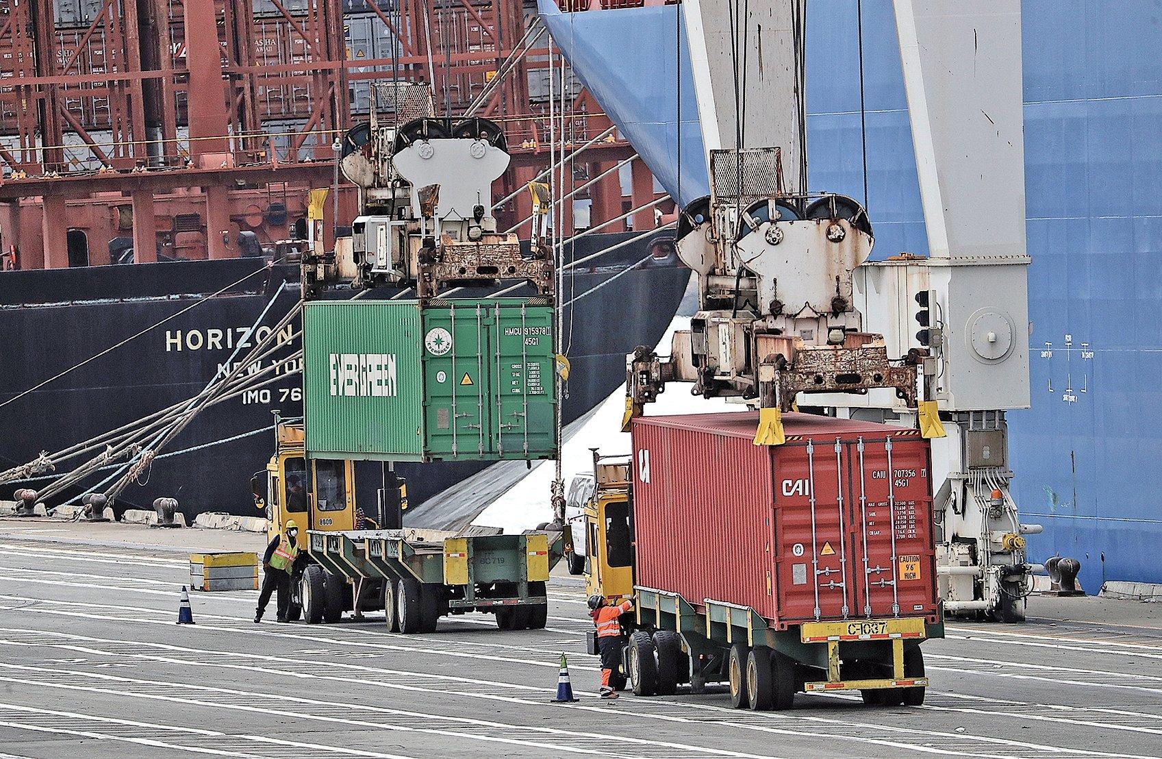 6月20日停靠在美國奧克蘭港的中國海運集裝箱貨運船。(大紀元資料室)