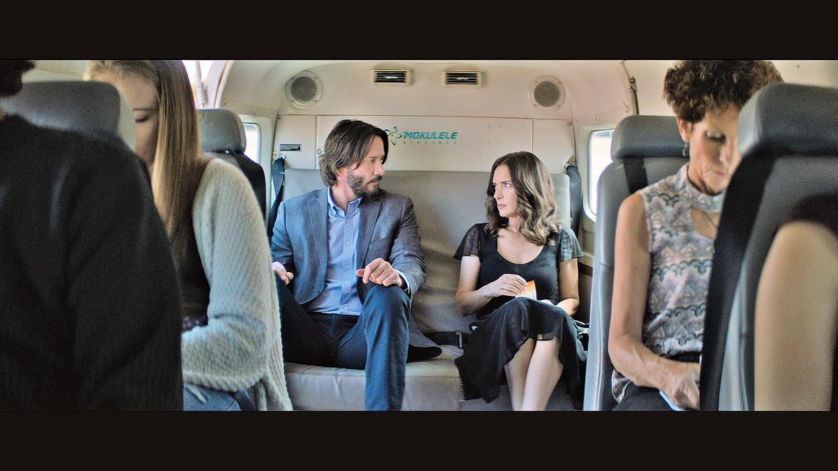 男女主角在飛機上口角,本想儘快躲開對方,但卻發現兩人要參加同一場婚禮,而且還不得不搭同部車,更不得不比鄰而座。這對歡喜冤家最後會有美滿的結局嗎?