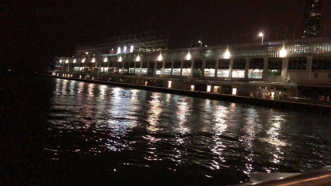 八號風球下,尖沙嘴碼頭暫時仍風平浪靜。(印尼籍女士KATIE提供)