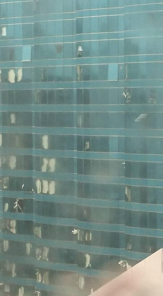 .紅磡海濱廣場幕牆爆開(Kelvin J R Li @facebook 香港突發事故報料區Group)