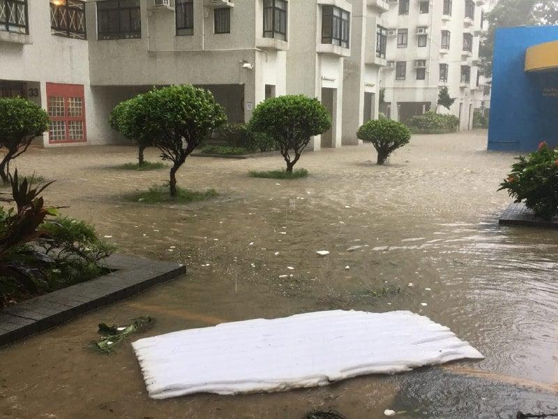 杏花邨水深逾10吋,有床單被刮至地面。(讀者提供)