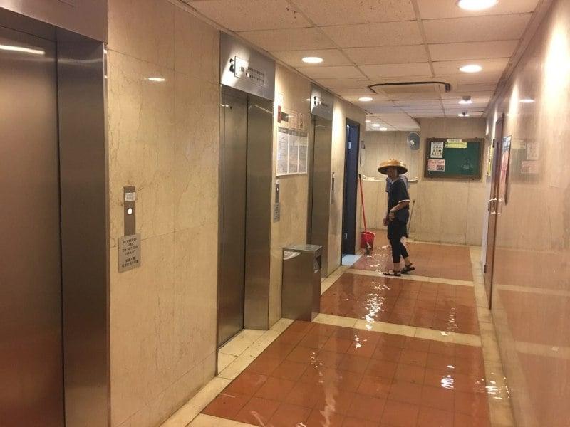 海水湧入電梯槽,導致所有電梯停用。(讀者提供)