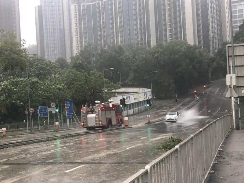 路面多處水浸,消防車、救護車隨處巡邏。(梁珍)