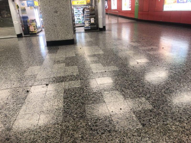 地鐵站內也不免一片狼籍。(梁珍)