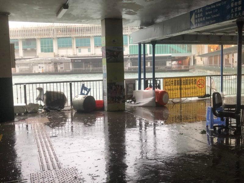 【山竹襲港】尖沙咀天星碼頭風力強勁 市民追風觀浪