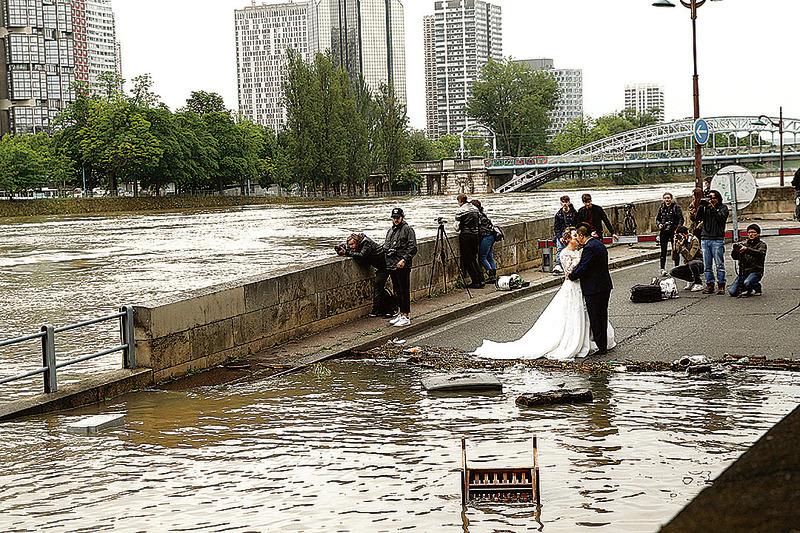 6月3日,巴黎塞納河溢堤,一對亞洲夫婦在災害面前見證他們的愛情。(Getty Images)