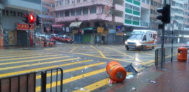 筲箕灣道垃圾桶被吹倒(圖片來源:讀者提供)