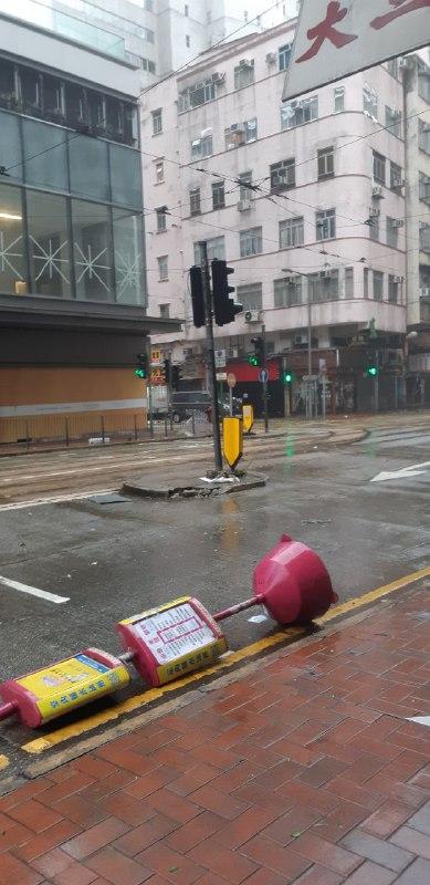 筲箕灣道路旁的小巴站牌被吹倒(圖片來源:讀者提供)