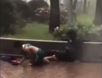 小西灣運動場外一個小公園,強勁風力吹倒了一名男孩及一名男子。(影片截圖)