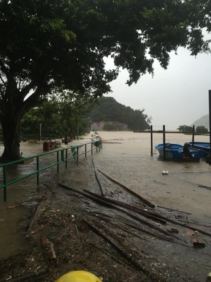 颶風襲過,海水加雨水湧入街道民居,大澳一片狼藉。(生於大澳 長於大澳FB/Stanley Wong)