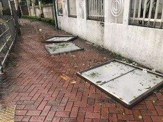 從大樓吹落行人道的鐵板。(大紀元/梁珍)