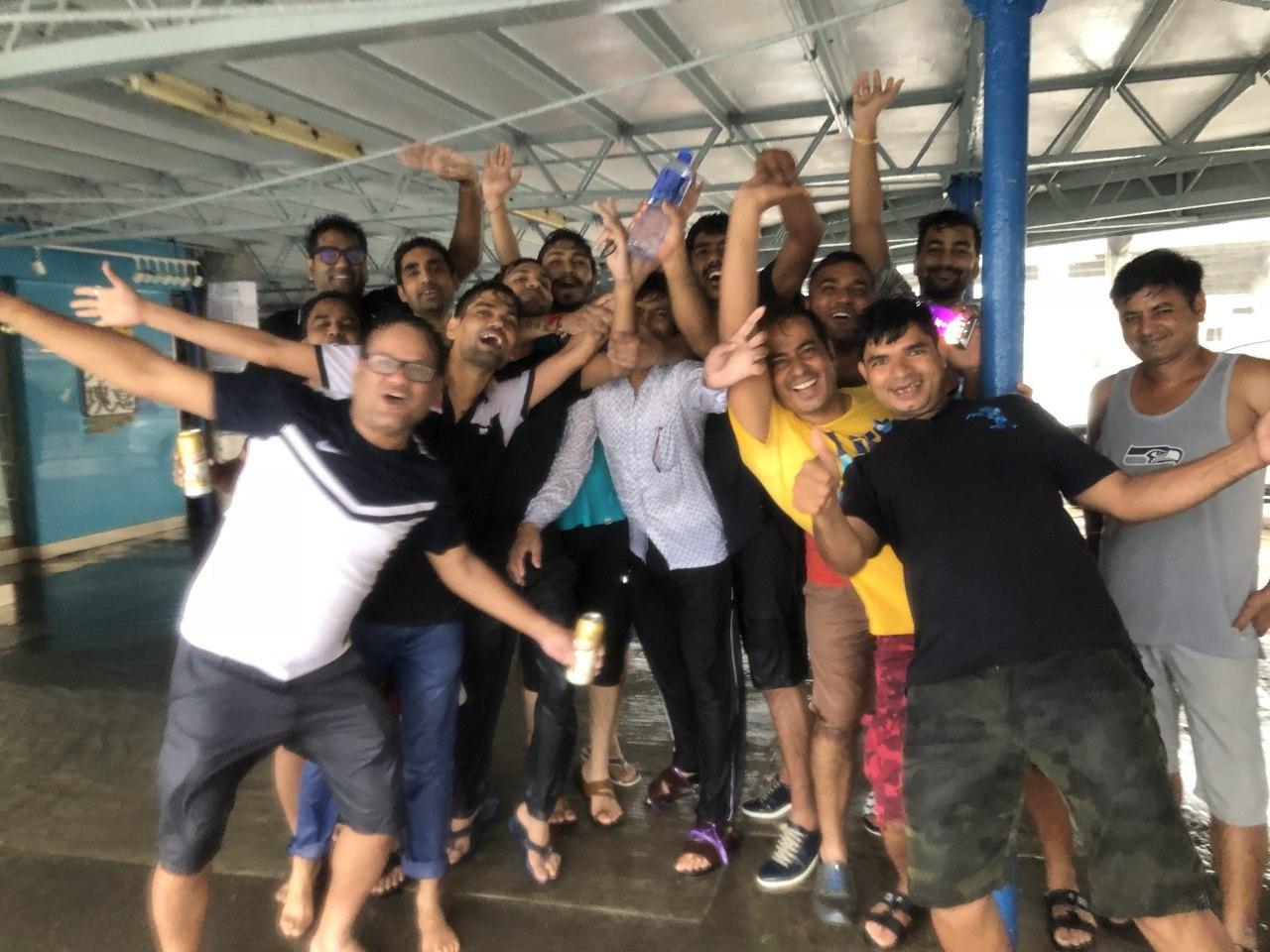 居住在尖沙咀的印度裔港人哥佬,昨和十多位朋友到尖沙嘴天星碼頭追風,一群人開心觀浪。(梁珍)