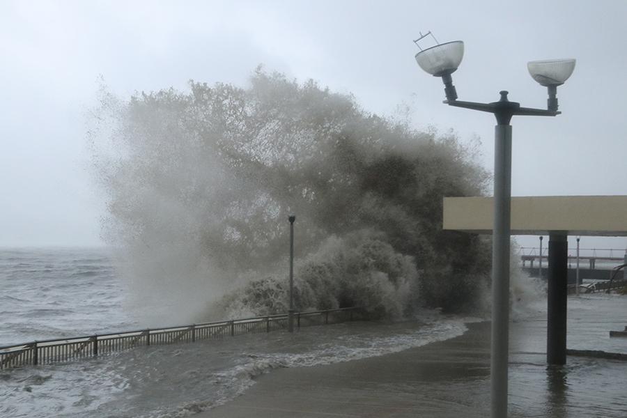 杏花邨海傍激起四米巨浪。(陳仲明/大紀元)