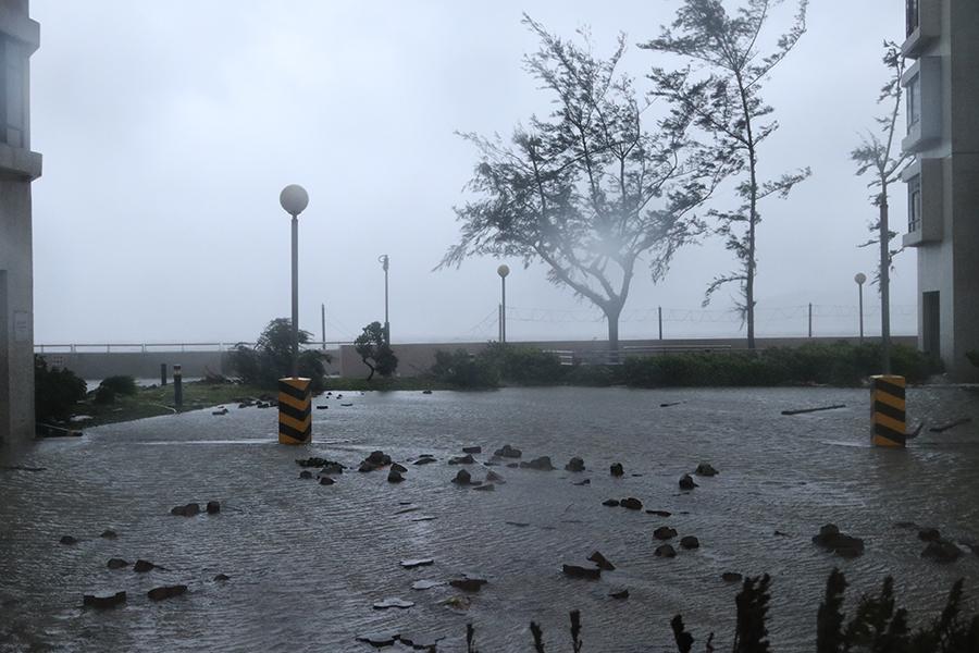 杏花邨馬路、行人路遭水淹浸。(陳仲明/大紀元)