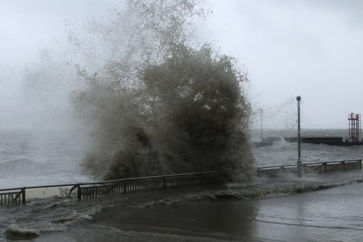「山竹」蹂躪杏花邨,至16日下午五時半,海傍仍巨浪滔天,浪高約四米。(陳仲明/大紀元)