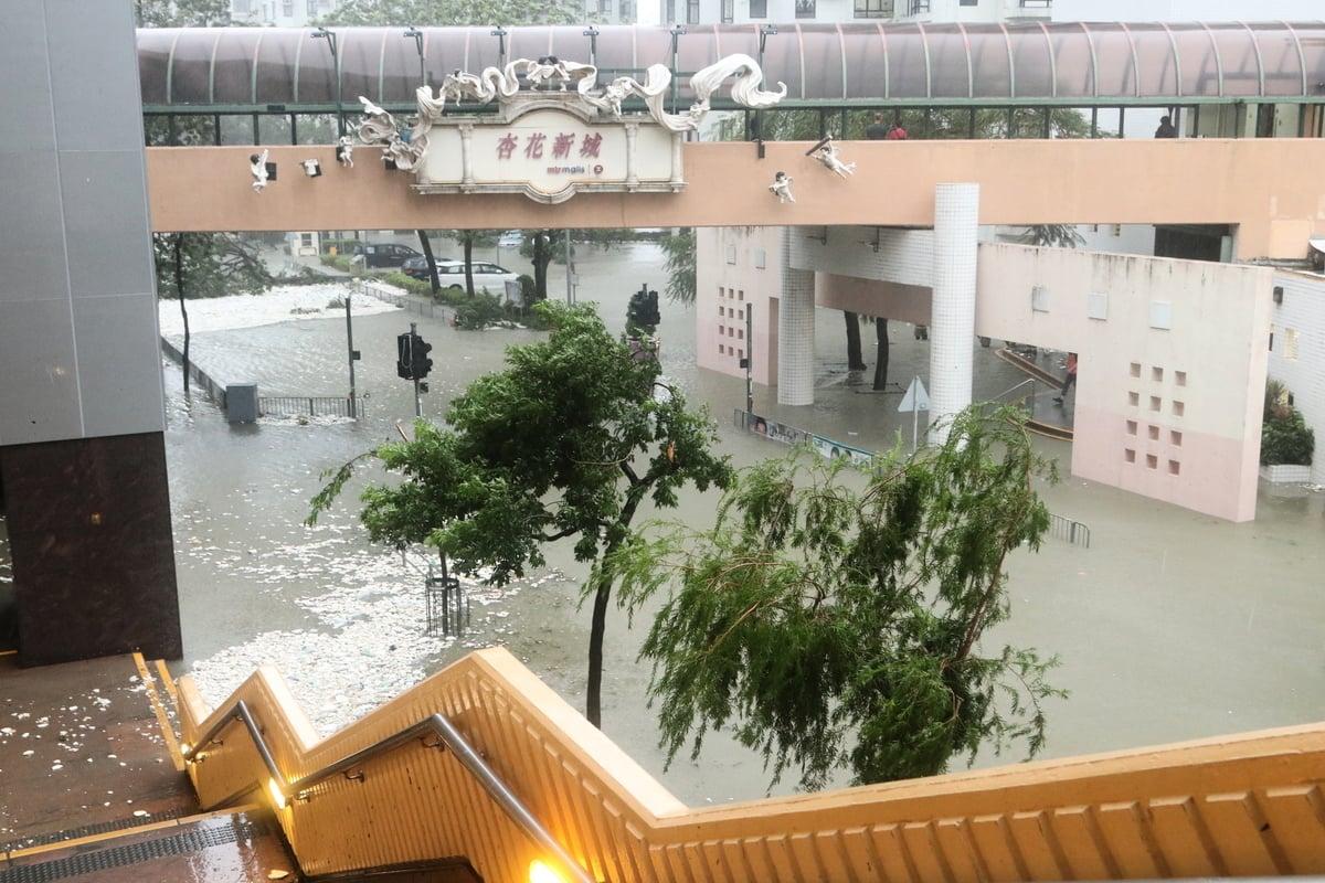 杏花邨商場地下水浸,商場停電,商舖停業。(陳仲明/大紀元)