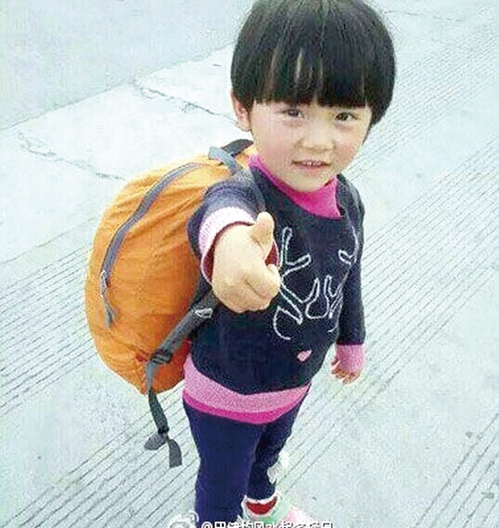 4歲的雯雯從1歲起,便跟著父母徒步旅行。爸爸說,目的就是培養孩子獨立自強。(網絡圖片)