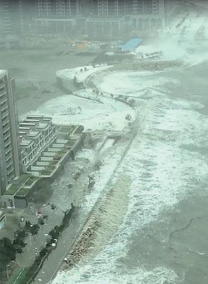 風暴之下,將軍澳南海濱,巨浪拍岸,場面猶如海嘯。(將軍澳 fb)
