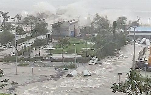 大量海水沖上將軍澳岸邊。(將軍澳fb)