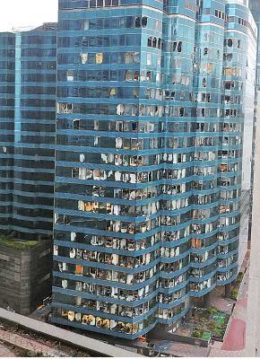 紅磡海濱廣場二座大量玻璃窗在強風下碎裂。(香港突發事故報料區fb)