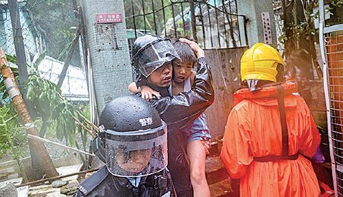 警員和消防協助兒童撤離。(Getty Images)