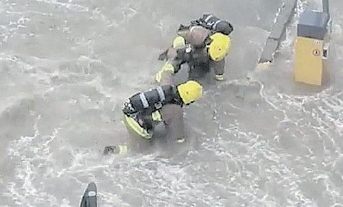 消防員於水浸位置被困,需由其他同僚協助。(香港突發事故報料區fb)