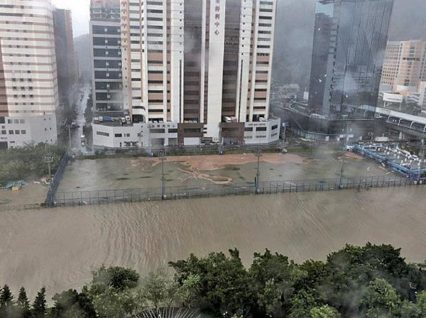 沙田傑志中心被泥黃色的河水。(網絡圖片)