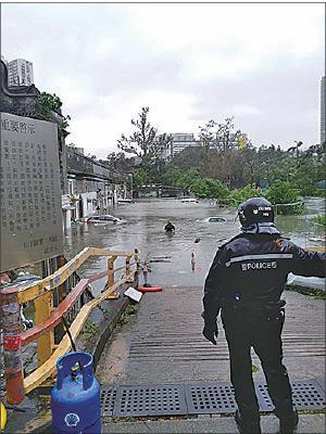 沙田曾大屋水深及腰,警員一度入村呼籲村民離開。(讀者提供)