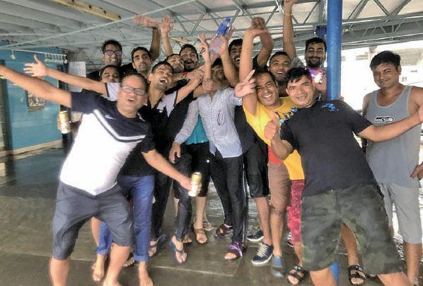 印度人哥佬和十幾位朋友特地到天星碼頭體驗「山竹」的威力。(梁珍/大紀元)