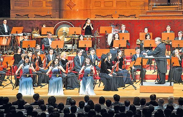 ( 前排右至左)二胡音樂家戚曉春、王真、于小航合奏。(白川/大紀元)