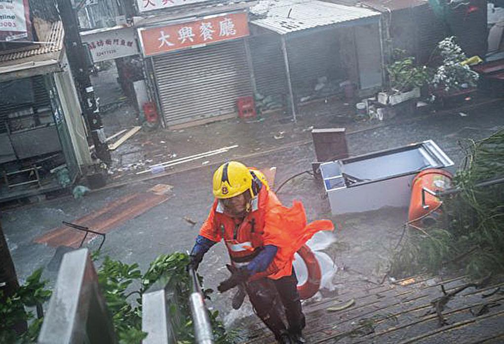 203超級颱風「山竹」 (Mang khut)肆虐香港,香港天文台將風暴信號提升至T10 (最高級別),整個城市幾乎全部停擺。(Lam YikFei /Getty Images)