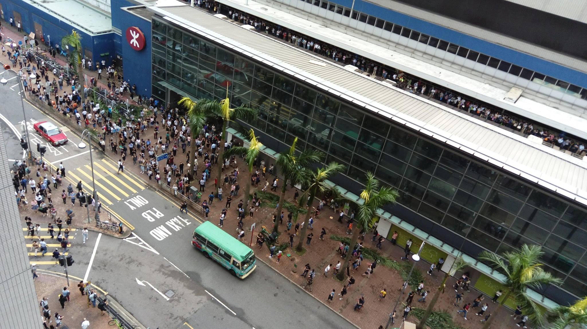 港鐵大圍站外亦出現人潮。(W.K. Au/香港突發事故報料區)