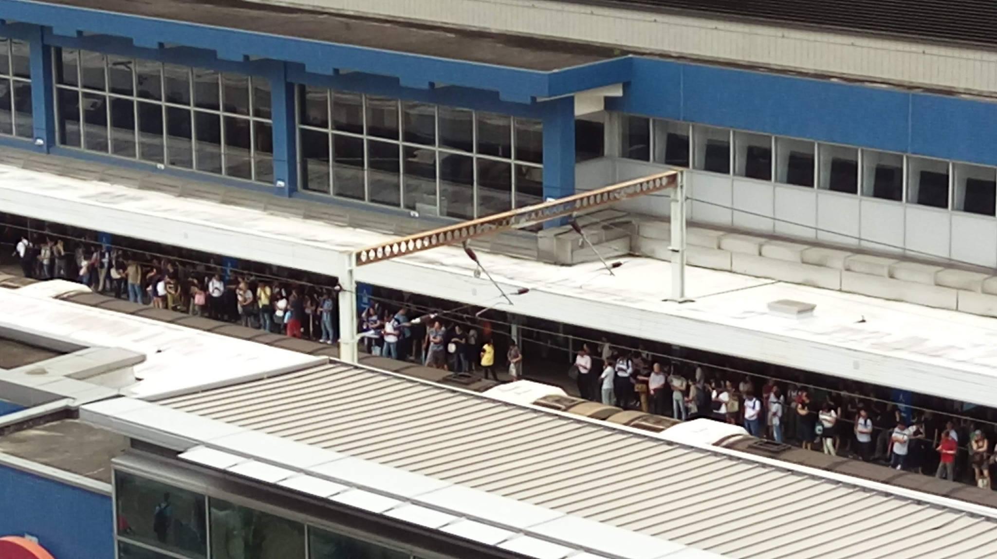 大批市民在港鐵大圍站月台需長時間等候方能上車。(W.K. Au/香港突發事故報料區)
