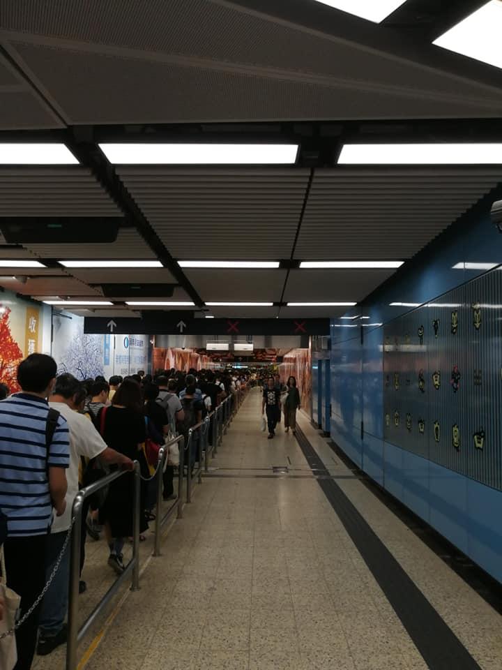乘客Yau Kwok Sang稱,在九龍塘站內通道花了40分鐘,只前行了10米。(Yau Kwok Sang/香港突發事故報料區)