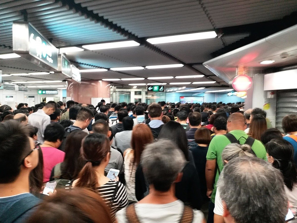 乘客Man Lai Kilo West稱在九龍塘站等候近一小時,仍未能上車。(Man Lai Kilo West/香港突發事故報料區)