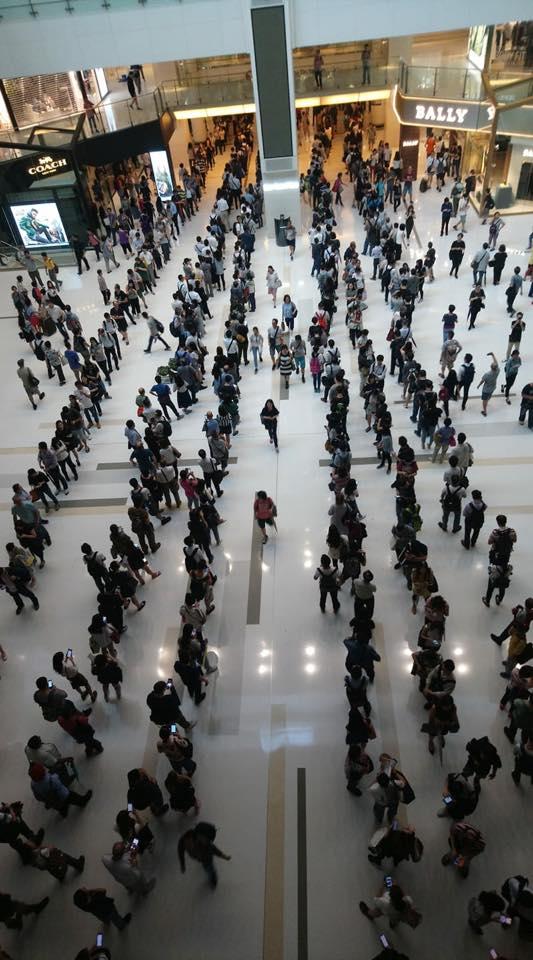 港鐵沙田站的人龍排到新城市廣場。(Patrick Lee/香港突發事故報料區)
