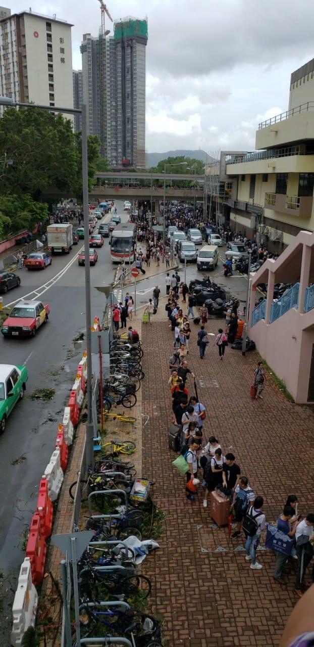 上水站外的行人天橋和街道上,出現長長的候車人龍。(Tommy Kin/香港突發事故報料區)
